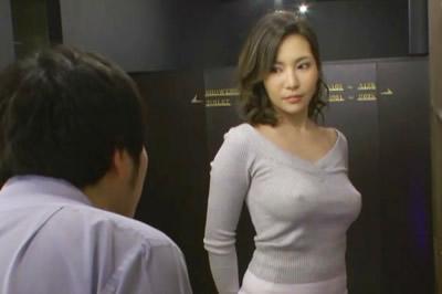 ノーブラ透け乳首でこっそりOKサインを出して誘惑してくるむっつり巨乳お…