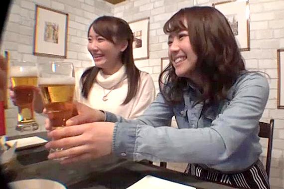 相席居酒屋でナンパした仲良し2人組をお持ち帰り。コソコソHしていると隣…