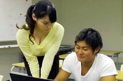 美人講師がやたら密着して教えてくれるプライベートPC教室で、我慢できず…