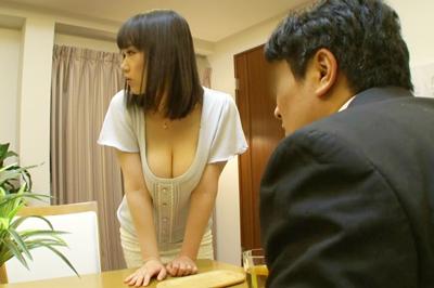 近所に住む綺麗な若妻がノーブラ状態で胸の隙間から乳首を丸ごと見せつけ…