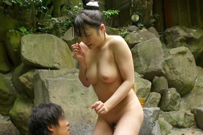 混浴露天風呂で修学旅行中の発育の良過ぎる巨乳女子校生とバッタリ遭遇!…