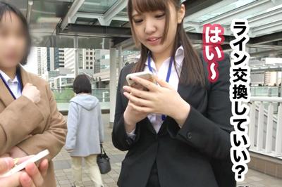 カメラ好き新入社員エリカちゃんはカメラを向けると理性崩壊エロポーズ!…
