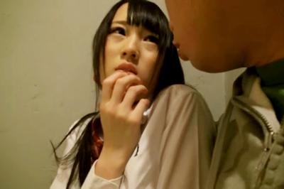 都内某所にある出会い喫茶で行われるJK制服イベントに、本物女子校生が紛れ込んでいるらしい!!それってヤバイじゃん!!ってことで媚薬を持って潜入取材!!オイシイ思いをしちゃいました!!