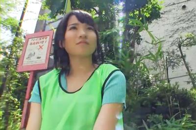 ゴミ拾いの環境美化サークルに所属しているヤリマン美少女はエコ意識が人よりも強すぎてコンドームをつけないエコ生中出しSEXをしているらしい